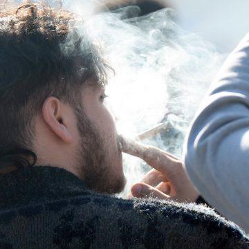 Fumer la cigarette ou le cannabis triplerait le risque de psychose chez les adolescents