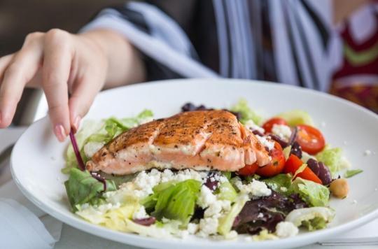 Une alimentation riche en poisson et en légumineuses retarderait naturellement la ménopause