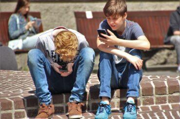Teens should put down phones to boost mental health: study