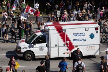 Des médecins en colère contre les manifestations anti-vaccin devant les hôpitaux